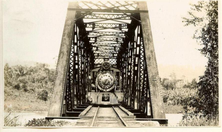 El Tren de La Vega . La Vega, Republica Dominicana Imagen del 1929  Fue el primer ferrocarril a largo tramo conocido en la República Dominicana, el Ferrocarril Sánchez - La Vega fue inaugurado alrededor de 1887, diez años antes que el inaugurado en 1897 por el Presidente Ulilises Heureaux (Lilis), este comunicaba Puerto Plata y Santiago.  El ferrocarril Sánchez - La Vega recorría unos 130 kilómetros, ayudo al desarrollo de la zona del río Camú y Yuna, fue explotado por una compañía escocesa, la cual exportaba en esa época mercancías dominicanas a Europa, particularmente maderas preciosas, pieles, cacao y café. Su construcción fue considerada toda un acontecimiento en la época debido a las dificultades de campo y los inconvenientes legales relacionados a las tierras por donde circulaba el referido tren.  El ferrocarril, que funcionó hasta 1971, transformó vertiginosamente la vida de Sánchez, que pasó de ser una pequeña localidad con escasas familias, a una ciudad cosmopolita, integrada por franceses, canarios, ingleses, italianos, sirios, libaneses, haitianos, escoceses, daneses y alemanes, además de descendientes de esclavos libertos procedentes de Estados Unidos Fuente : La Vega History