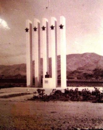 Monumento Las 5 Estrellas en la entrada de Constanza , alegórico a la Dictadura de Trujillo que existía en los años 50 hasta mediados de los 60