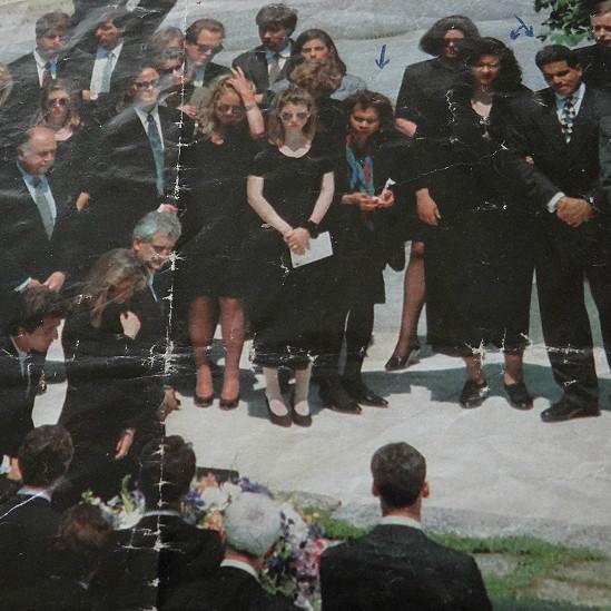 Providencia Paredes guarda en una envoltura de plástico una foto en la que aparecen ella y su hijo en el entierro de Jacqueline Kennedy.