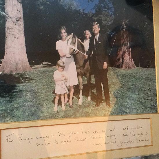 Gustavo Paredes muestra una foto de los Kennedy con una dedicatoria para su madre, Providencia. La foto adorna la sala de la casa.