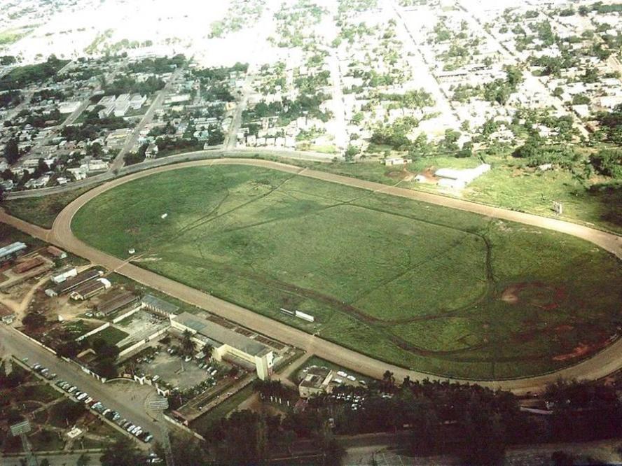 Santo Domingo en 1965 Hipódromo Perla Antillana, hoy en día la Plaza de la Salud. Foto: Richard Walker, soldado de la fuerza de ocupación de 1965.