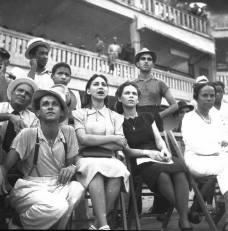 Fanaticada observa juego de pelota en el Estadio Gimnasio Municipal Escolar , Malecón de Ciudad Trujillo, Republica Dominicana. 1940 Fuente : AGN / Conrado