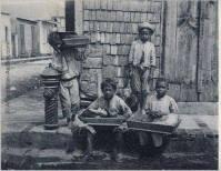 Niños vendedores ambulantes Puerto Plata ,Republica Dominicana. 1910 Fuente : Antalontan/ A