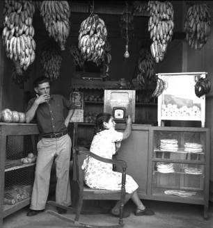 LAS 50 IMAGENES DEL 2013 IMAGENES DE NUESTRA HISTORIA Colmado de Ciudad Trujillo. Republica Domincana. 1941 Fuente : AGN / Conrado