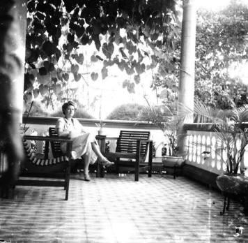 Dama en la Galeria de Residencia en el sector de Gazcue, Posa para el lente del fotografo Conrado. Ciudad Trujillo, Republica Dominicana. 1942 Fuente : AGN