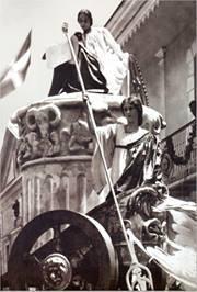 Carroza diseñada por el Artista Plastico Abelardo Rodriguez Urdaneta para el Carnaval de Santo Domingo. Republica Dominicana. 1908 Fotografia de Abelardo Rodriguez Urdaneta Fuente : Imagen Tomada del Libro Historia de la Fotografia Dominicana. Jeannette Miller / Grupo León